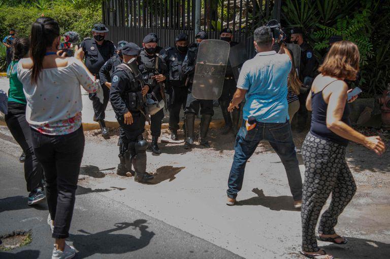 La policía enfrenta a los medios en la entrada de la casa de Cristiana Chamorro