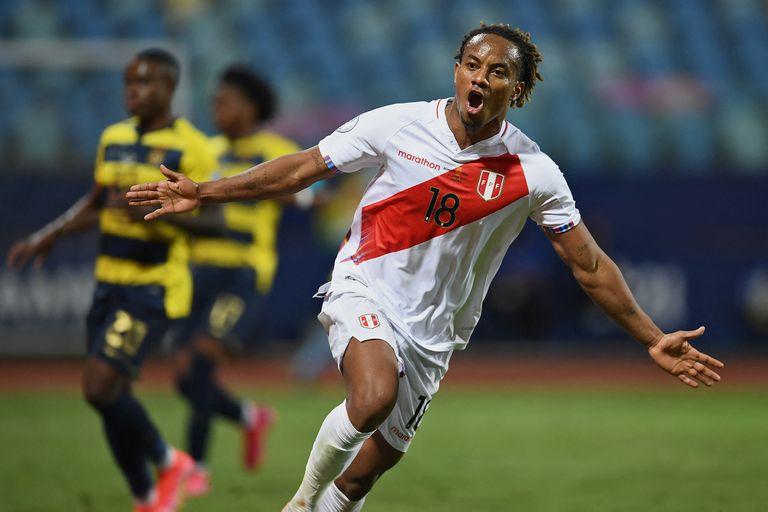 Andre Carrillo celebra el empate de Perú ante Ecuador; para la selección de Gareca, que estaba 0-2 al final del primer tiempo, la igualdad fue casi como un triunfo