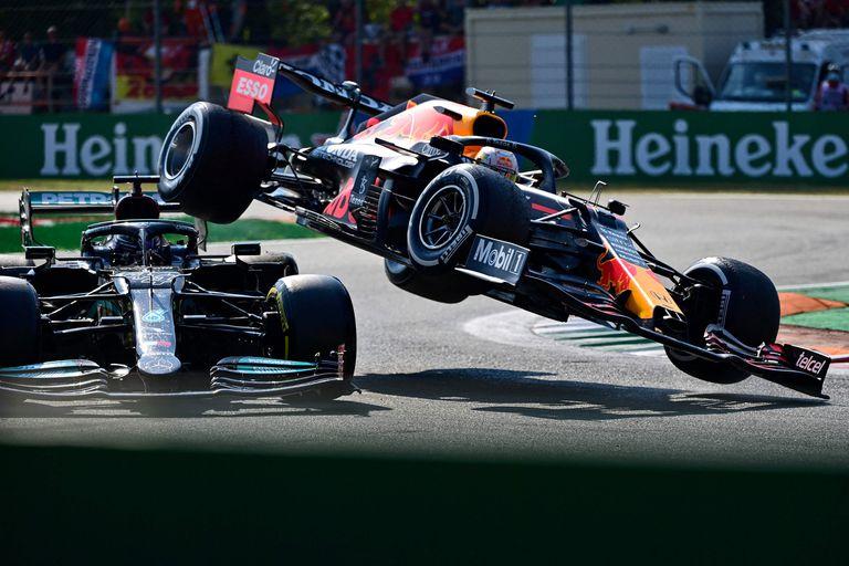 Escándalo. Chocaron Max Verstappen y Lewis Hamilton y se quedaron afuera en Monza