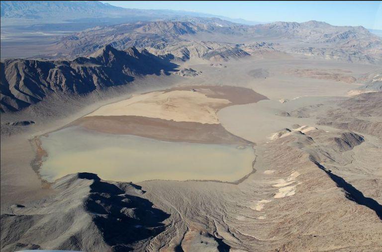 Racetrack Playa no está seco todo el año: en temporadas de lluvias llegan a formarse en él espejos de agua de escasa profundidad