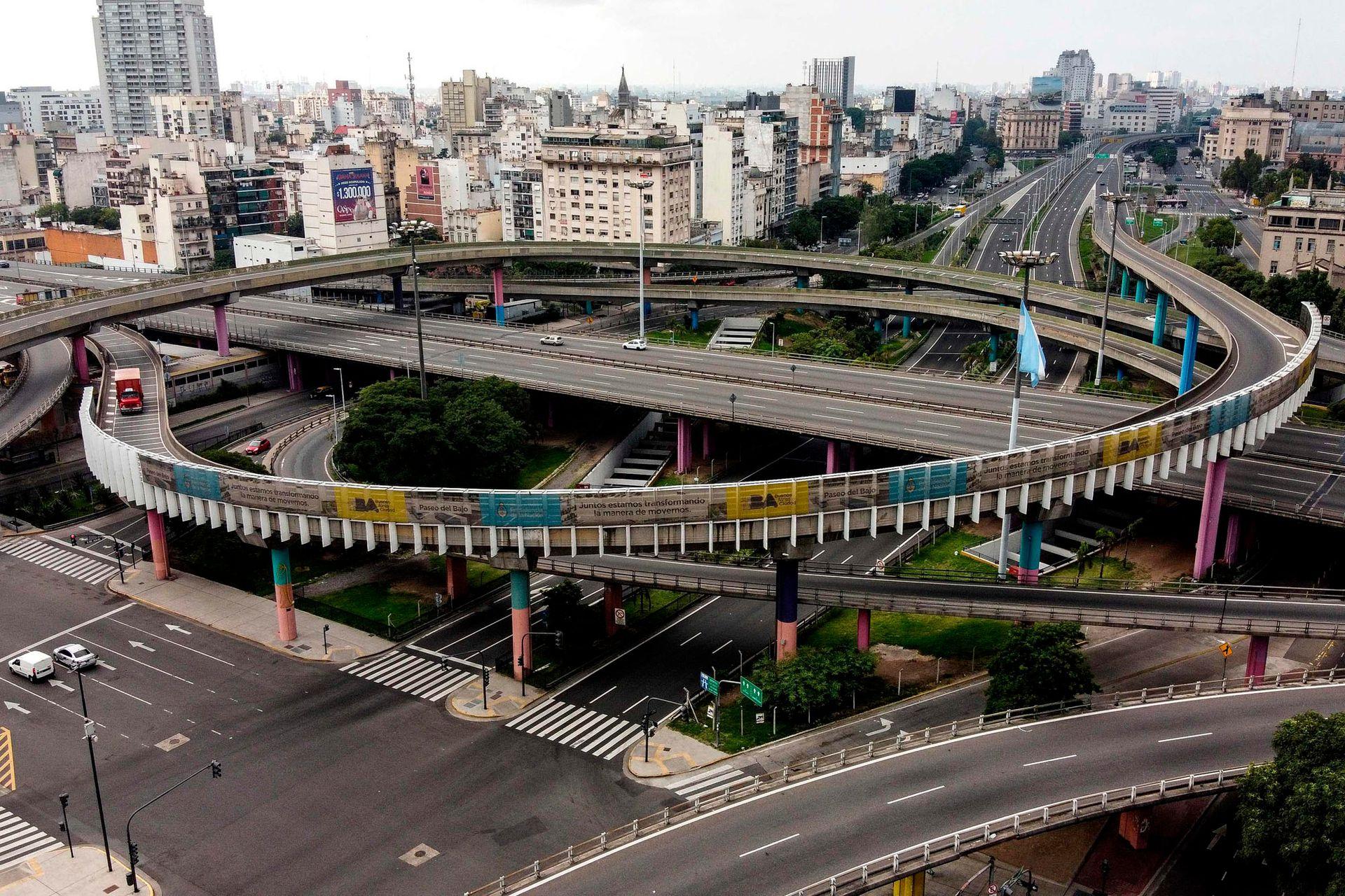 Vista de la autopista vacía en plena ciudad de Buenos Aires