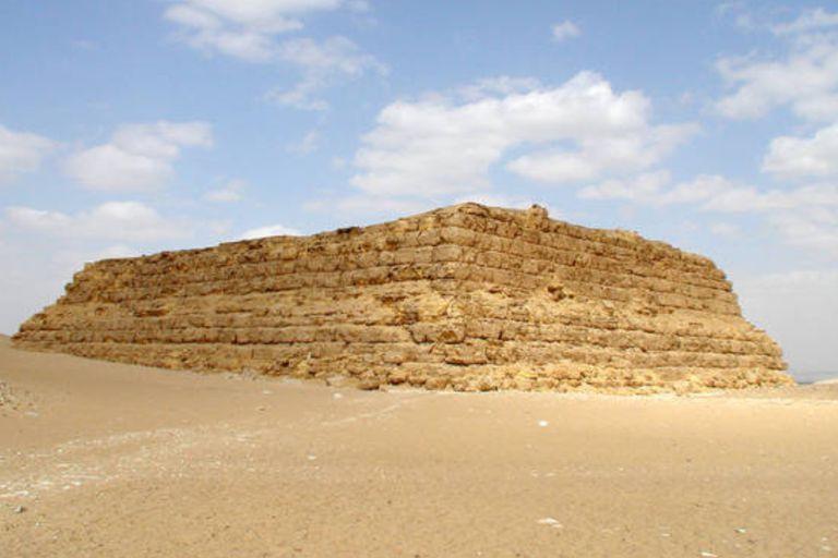 Las primeras tumbas reales eran construidas con una base rectangular, techo plano y muros laterales inclinados hechos de bloques de adobe o de piedra