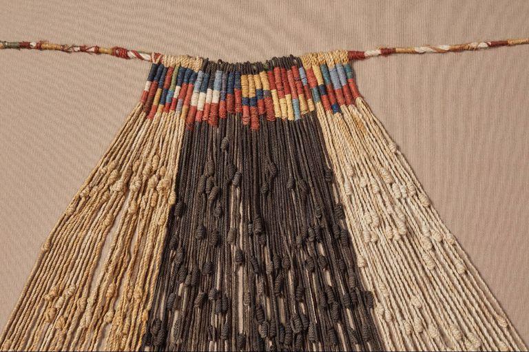 Los nudos realizados sobre coloridas cuerdas de algodón, fibras animales, plantas, plumas o cabello humano conformaron el sistema contable de la antigua civilización Inca, y se supone funcionaron también como un código de escritura