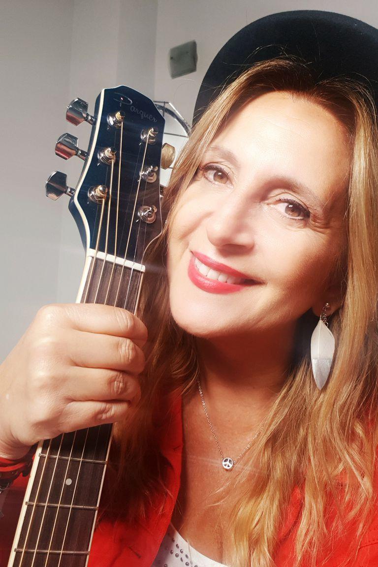 Adriana canta para jugar