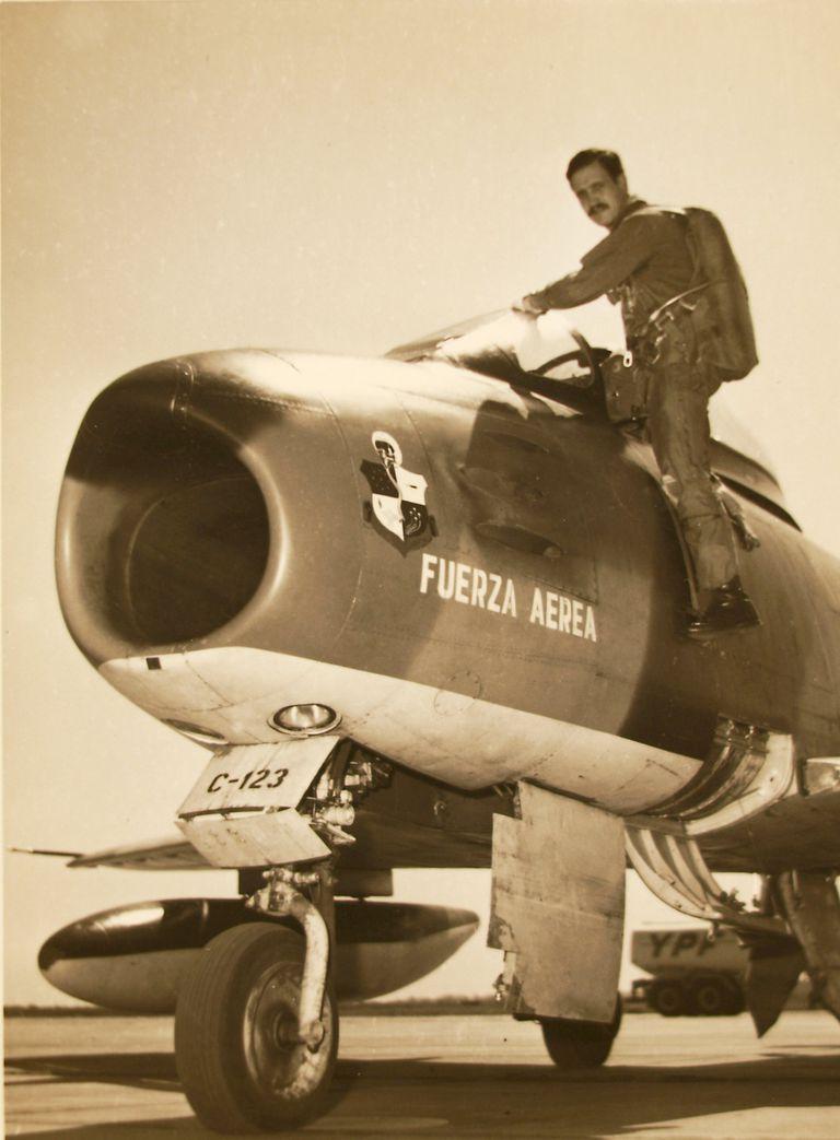 Luis Alberto Puga, en los comienzos de su carrera, mientras sube a un F-86 Sabre