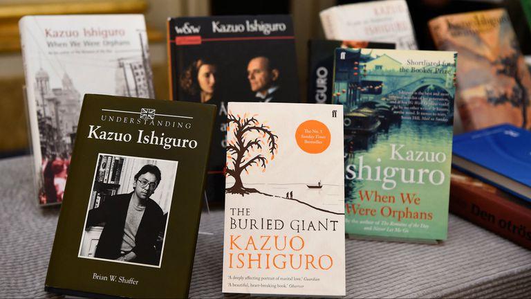 Ediciones de libros de y sobre Ishiguro, en la Academia Nobel sueca
