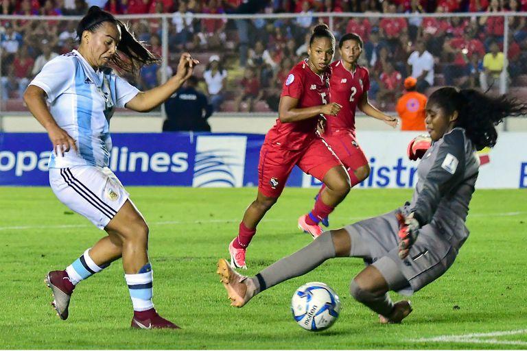 Una llegada argentina sobre el área de Panamá, en el clasificatorio para el Mundial de Francia