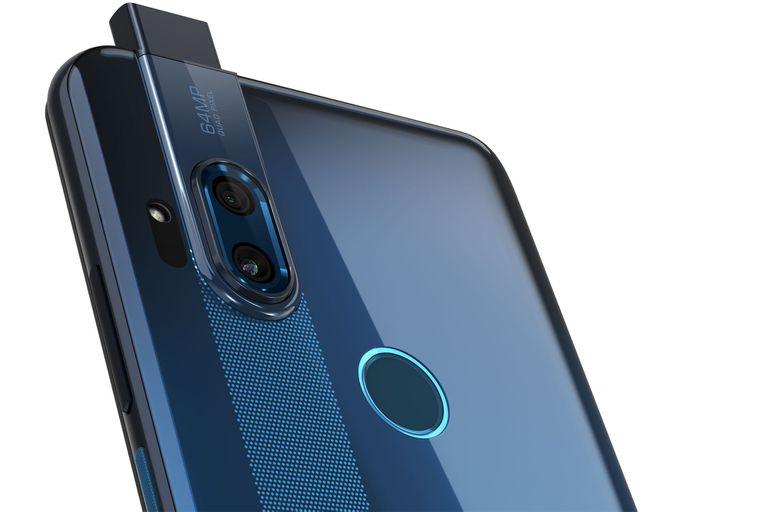 En la parte posterior del Motorola One Hyper están las cámaras de 64 megapixeles y otro de gran angular de 8 megapixeles, junto al lector de huellas dactilares