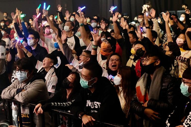 Esta foto tomada el 2 de enero de 2021 muestra a los fanáticos que asisten a un concierto de la banda taiwanesa de death metal Dharma en Taichung