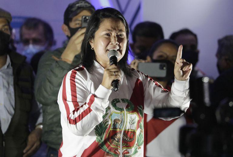 La candidata presidencial Keiko Fujimori pronuncia un discurso el sábado 12 de junio de 2021 durante una protesta contra un presunto fraude electoral, en Lima, Perú