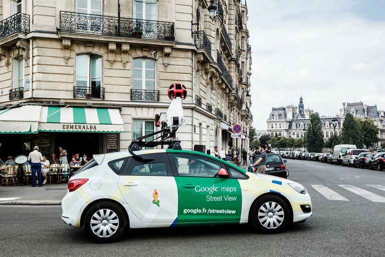 El auto de Google en las calles de París con el sistema de cámaras para Street View en 2014