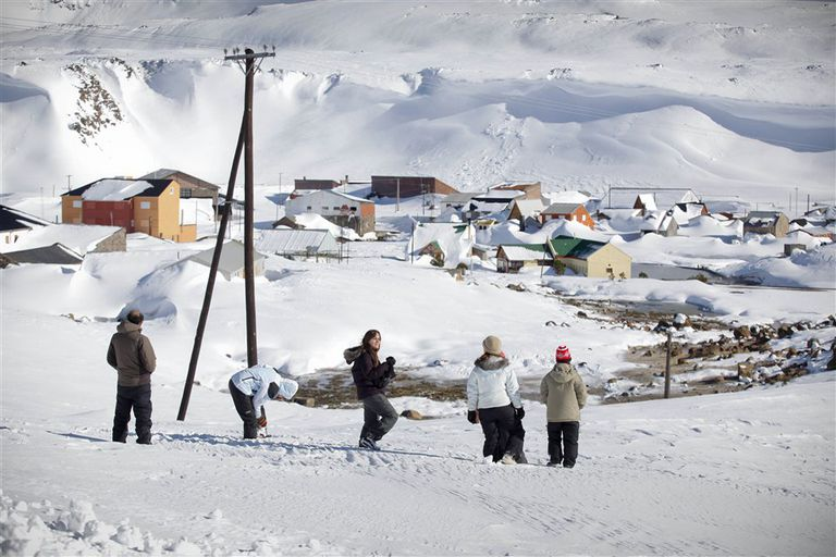 Abierto en verano, el centro termal de Copahue, a 17 km de Caviahue, en invierno está cerrado y ofrece un curioso panorama bajo la nieve