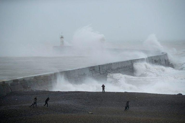 La tormenta Ciara golpeaba Newhaven, en el sur de Inglaterra, a principios de febrero