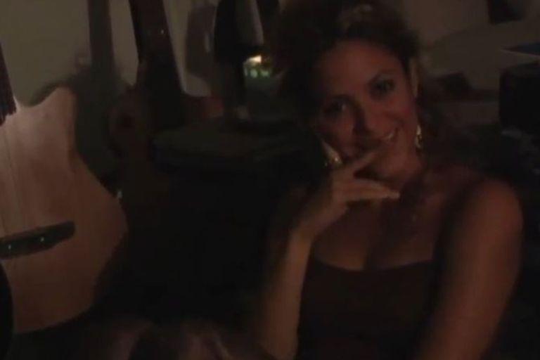La colombiana se muestra todo el tiempo sensual en los videos en los que dialoga con Alejandro Sanz