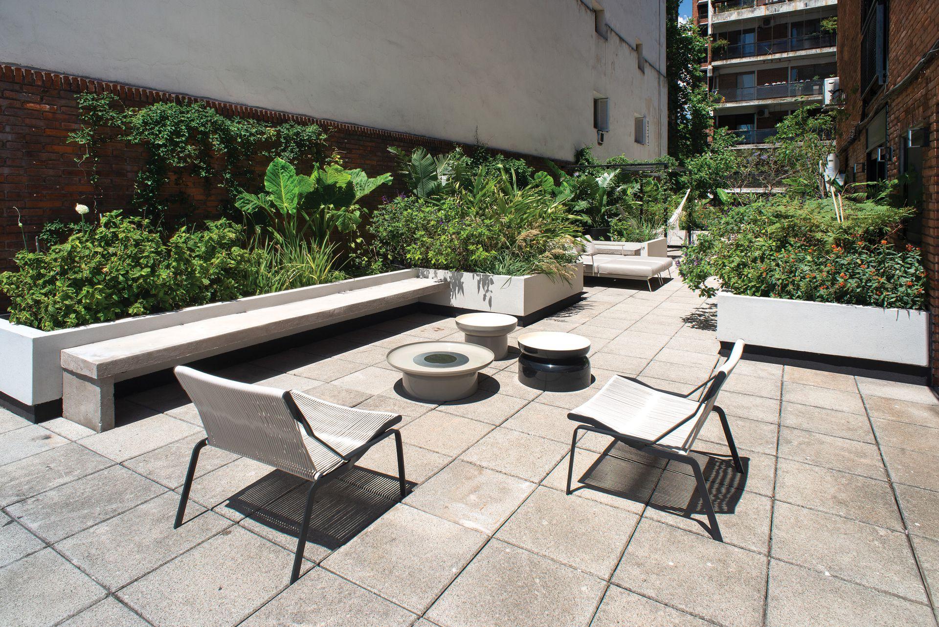 Las mesas circulares de distintos diámetros son del modelo Pluvial, de aluminio, aptas para exterior.
