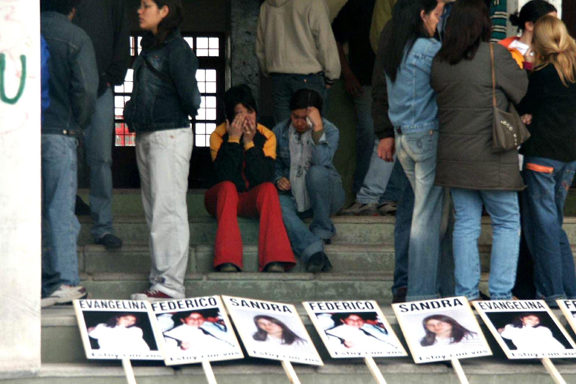 La tristeza en el regreso a clases de la escuela Islas Malvinas de Carmen de Patagones. Foto del 4 de octubre de 2004