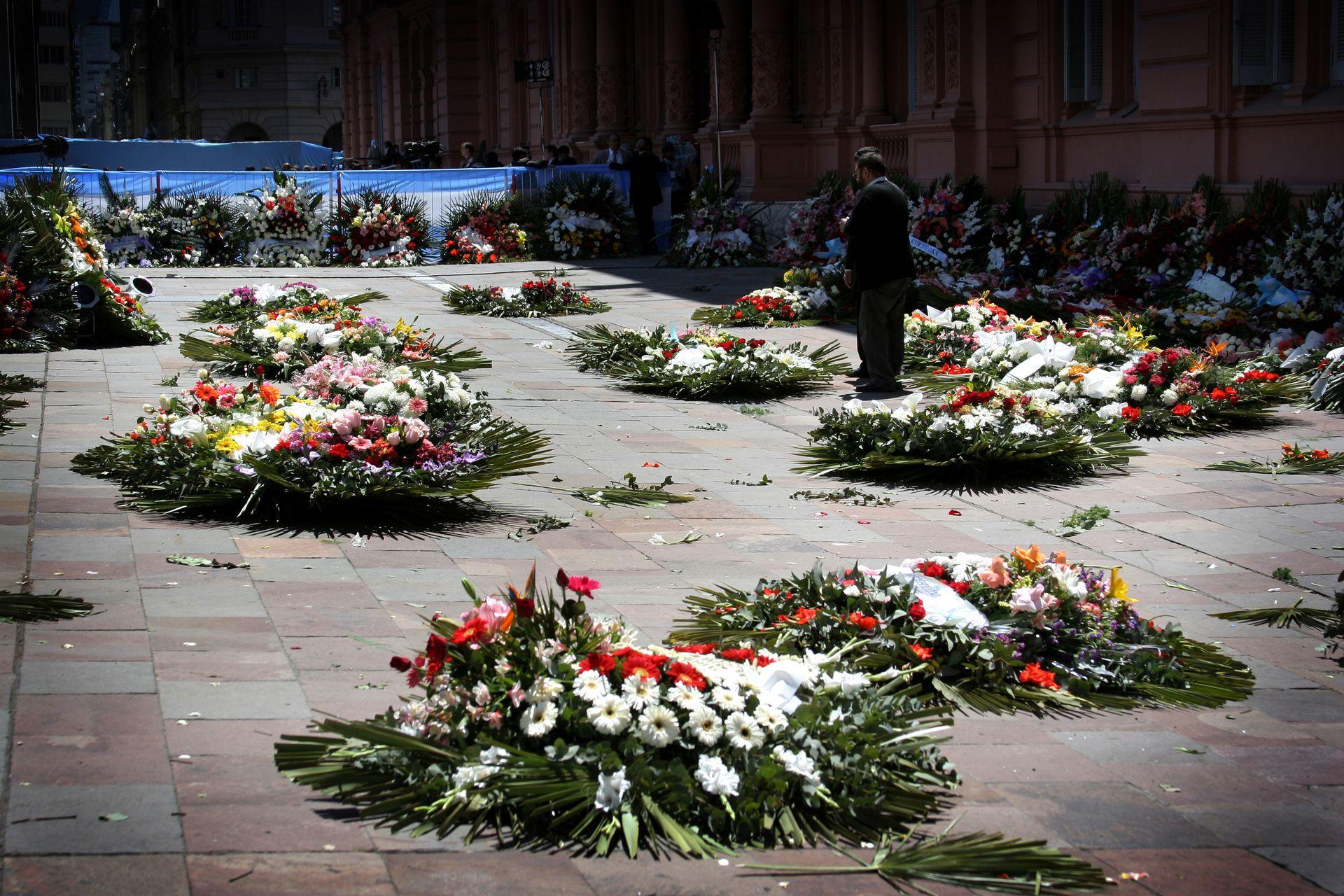 Coronas en la entrada de la Casa Rosada para despedir al expresidente Néstor Kirchner