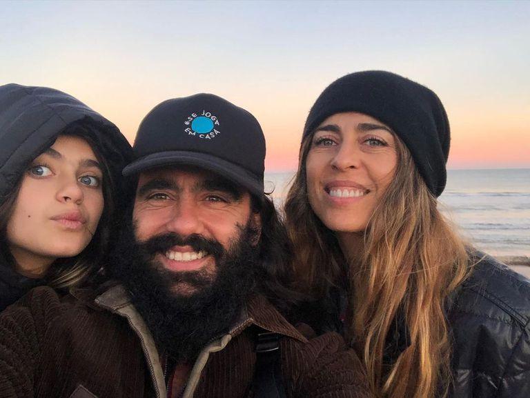 """Sorin en familia, en Uruguay, donde vive desde hace tres años;: junto con su hija Betta y su mujer, Sol Alac, """"socia"""" creativa de todos los emprendimientos"""