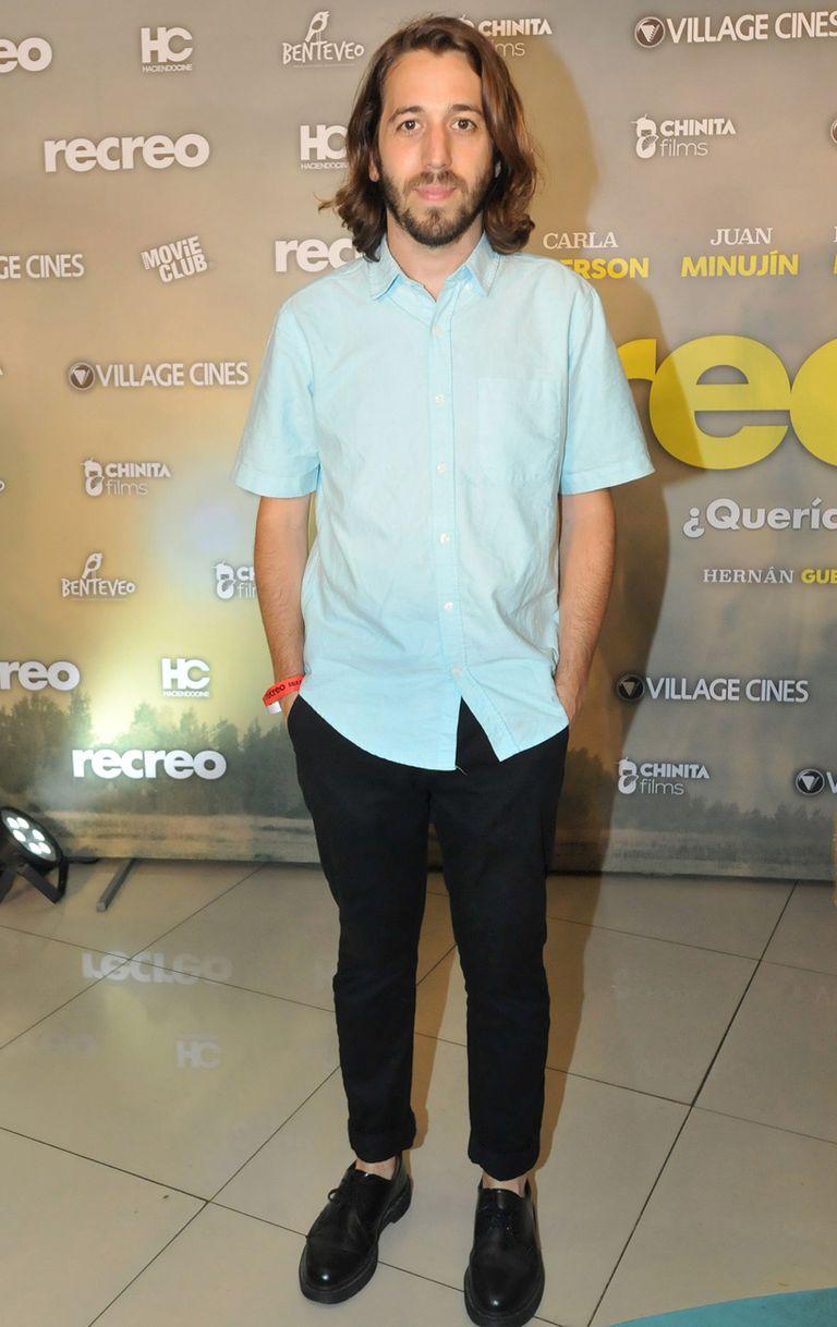Martín Piroyansky en clave verano: el actor y director, que acaba de estrenar El último traje, asistió con un look más relajado, apostando a los tobillos al descubierto y pantalón arremangado
