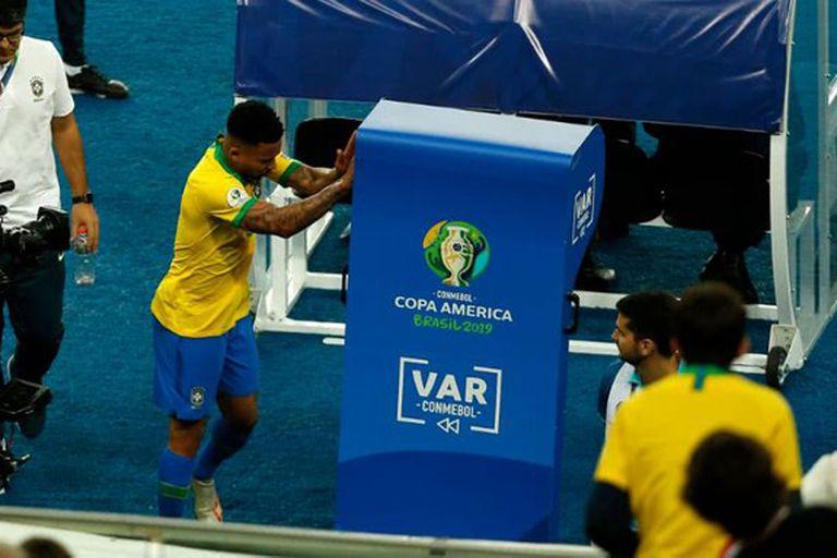 Descontrol. La reacción contra el VAR del brasileño Gabriel Jesús en la final