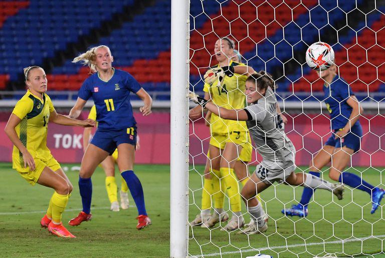 La arquera australiana Teagan Micah no logra detener el gol de la sueca Fridolina Rolfo