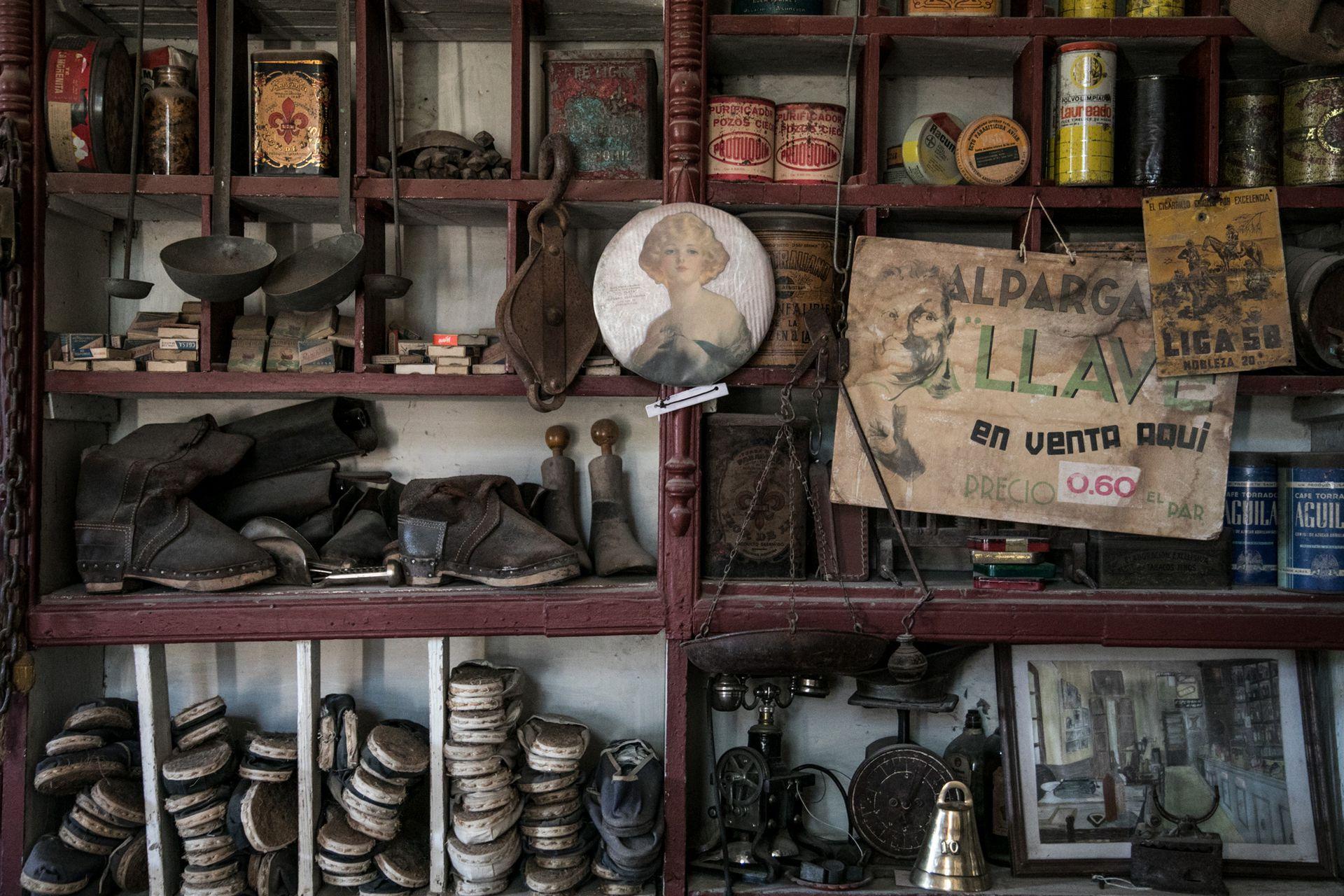 Alpargatas y otros objetos camperos en El Recreo.