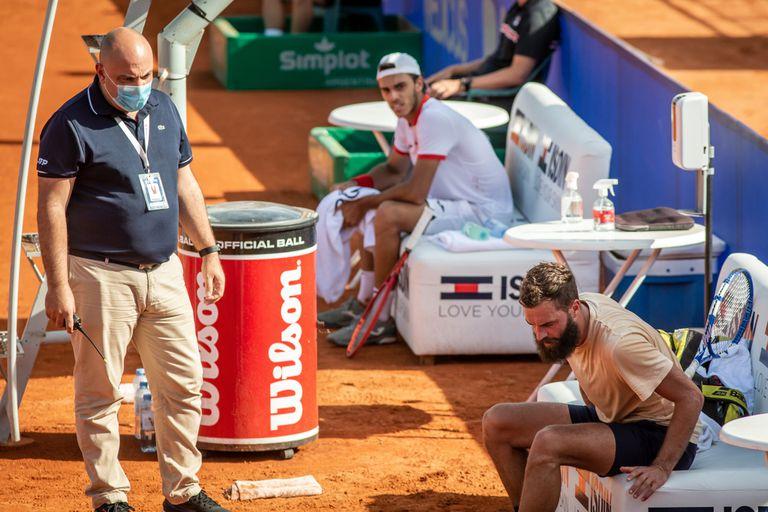 Una imagen de la discusión entre Paire y el supervisor Mandl; detrás, Cerúndolo observa lo que sucede con su rival
