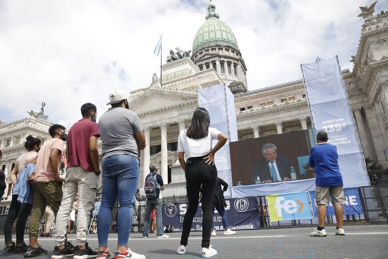 Como Alberto Fernández pidió que la militancia no fuera al Congreso, solo pocos manifestantes decidieron concurrir.