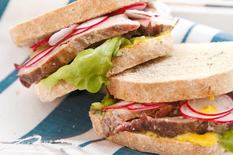 Sándwich de lomo con pan de mostaza y eneldo