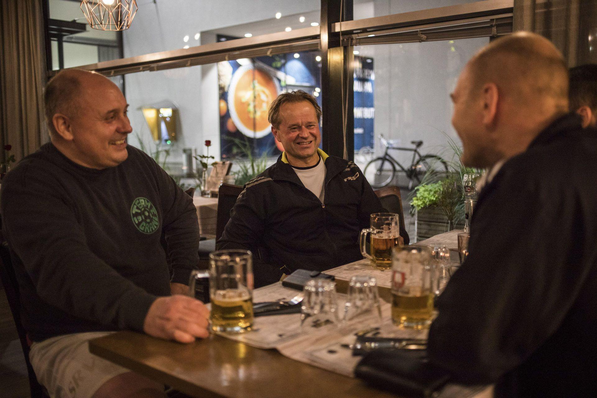 Después de la práctica de fútbol, Antti Raunemaa, desde la izquierda, Nicke Tevajarni y Johan Hilli toman una copa en Moms, el único bar nocturno, en Kaunianen