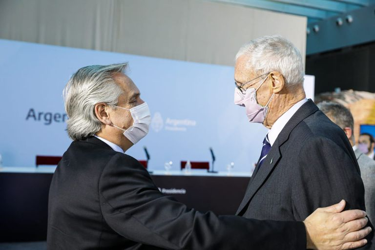 Alberto Fernández saluda a Martín Balza