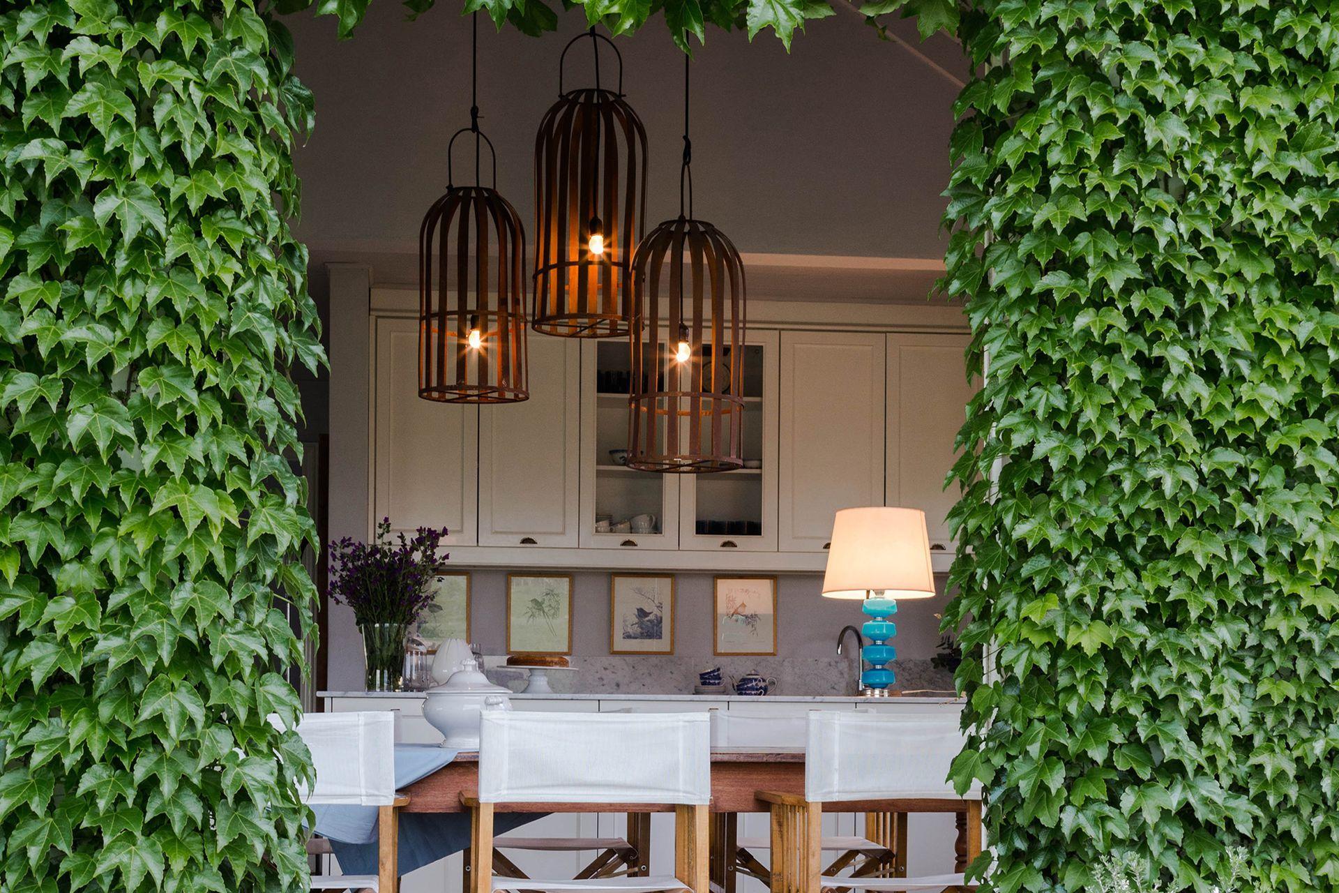 La lámpara de techo fue hecha por Marcelo a partir de fanales de hierro (Claudia Adorno).