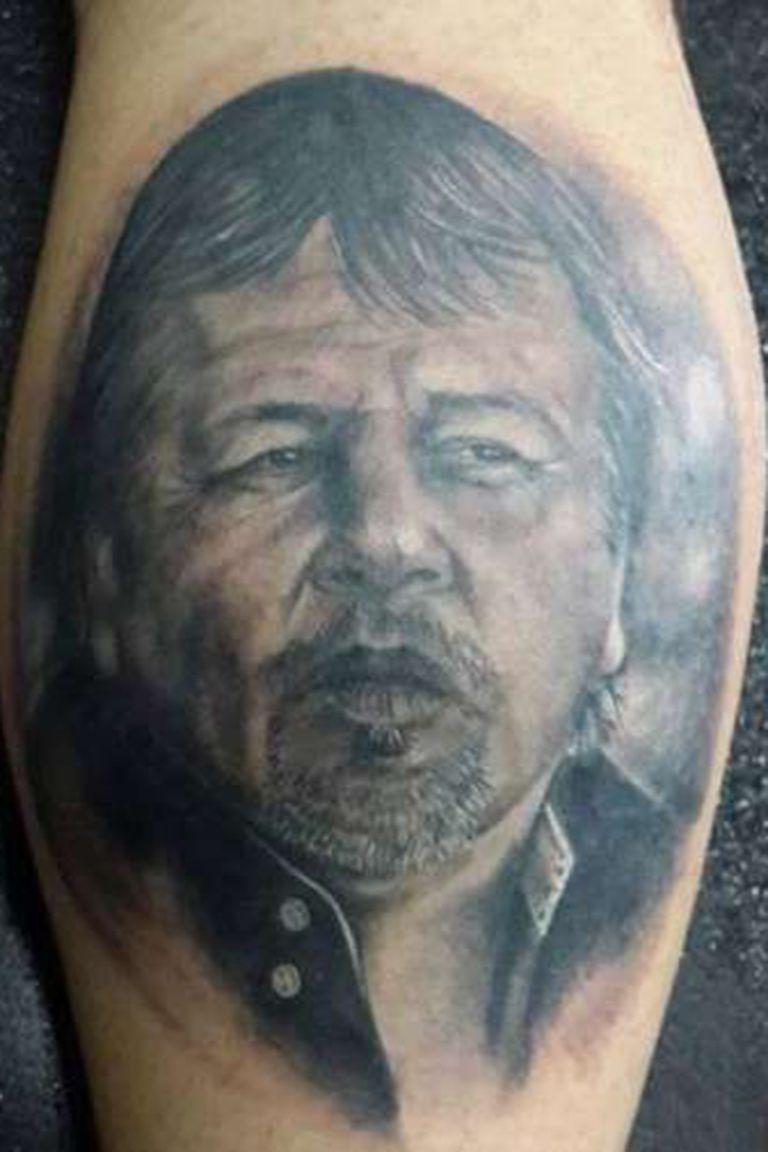 Un signo de estos tiempos: los tatuajes en la piel de los hinchas. Zielinski no es la excepción.