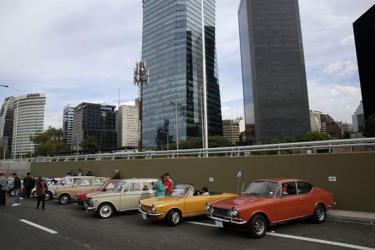 Autos antiguos, históricos y de colección desfilaron por la trinchera del Paseo del Bajo
