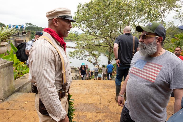 Detrás de escena, Paco Delgado junto a Dwayne Johnson durante el rodaje de la película