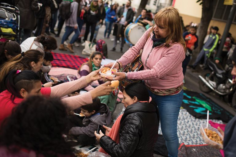La indigencia crece y en Buenos Aires cada día más gente duerme en la calle. Mientras el Gobierno porteño asegura contar con programas de asistencia, las personas en situación de calle y las organizaciones sociales aseguran que no son suficientes