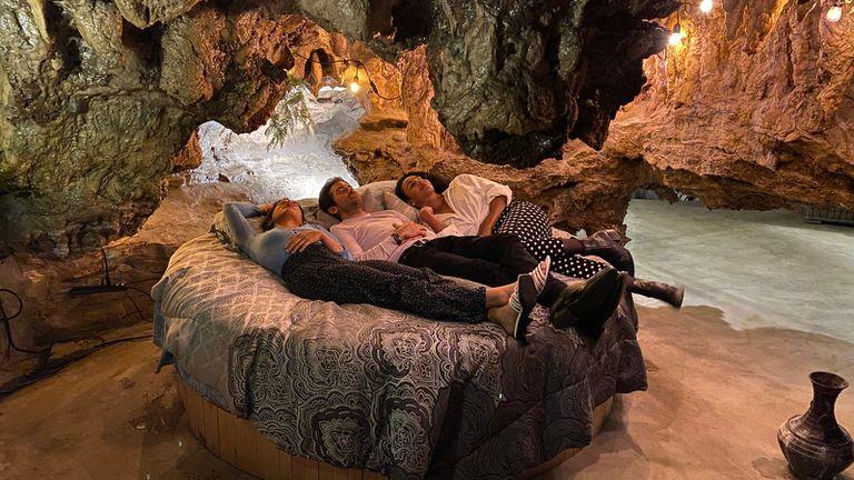 Batoon, Ortiz y Franco en la cueva alojamiento que alquilaron en el corazón de los Ozark en Estados Unidos