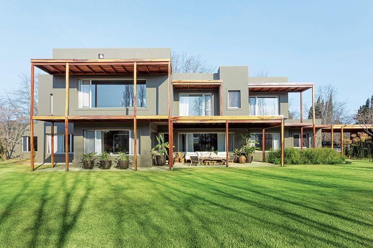 Casa de arquitectos. Líneas puras y un patio tropical que conecta los ambientes