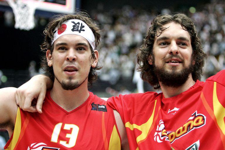 """Un triunfo """"hermanando"""": Marc y Pau Gasol festejaron el título de la selección española en el Mundial 2006"""