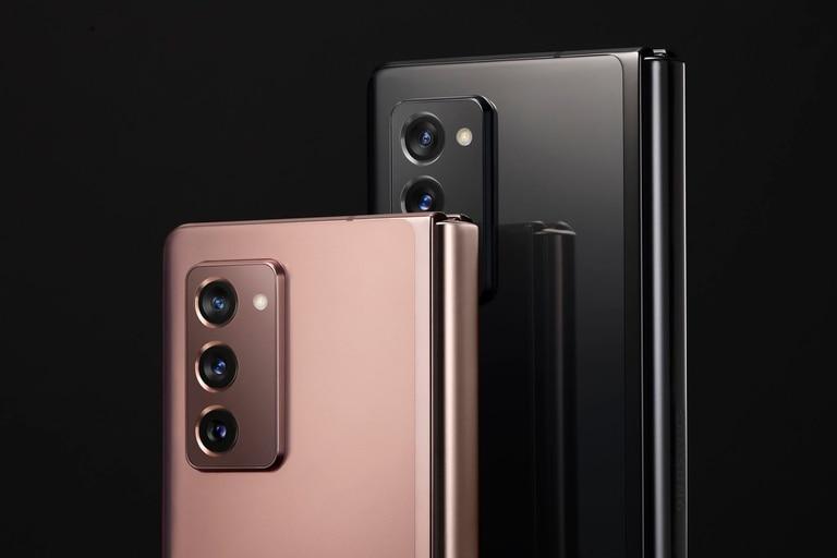 El bloque de cámaras del Galaxy Z Fold2 y los dos colores en los que estará disponible: gris oscuro y bronce, aunque se podrá cambiar el color del lomo por algunas variantes metalizadas