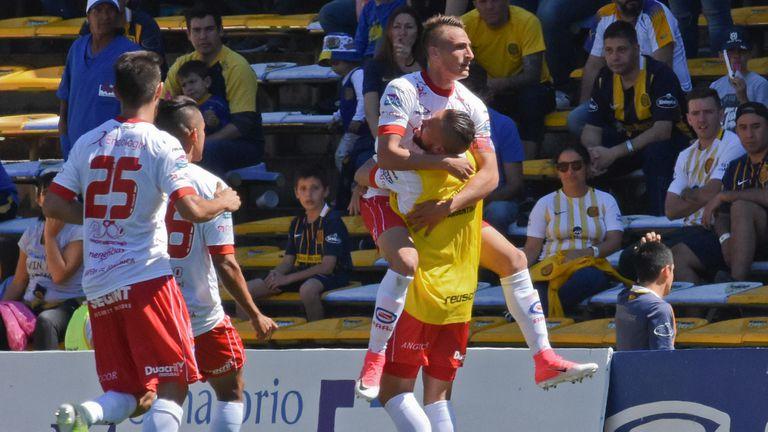 Brian Romero festeja el primer gol ante Rosario Central