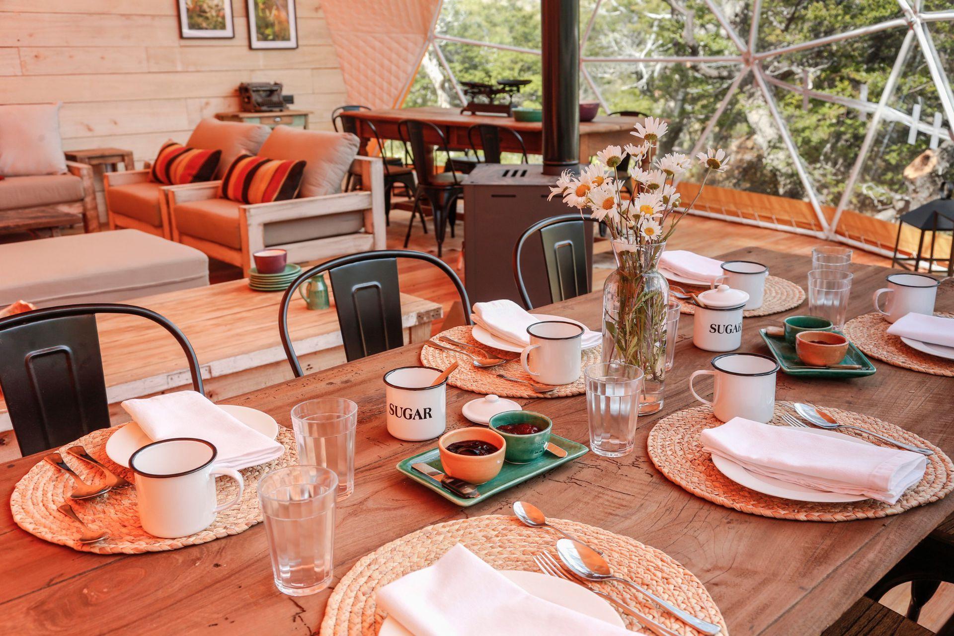 El desayuno listo en el domo house, un espacio amplio y de cálida decoración.