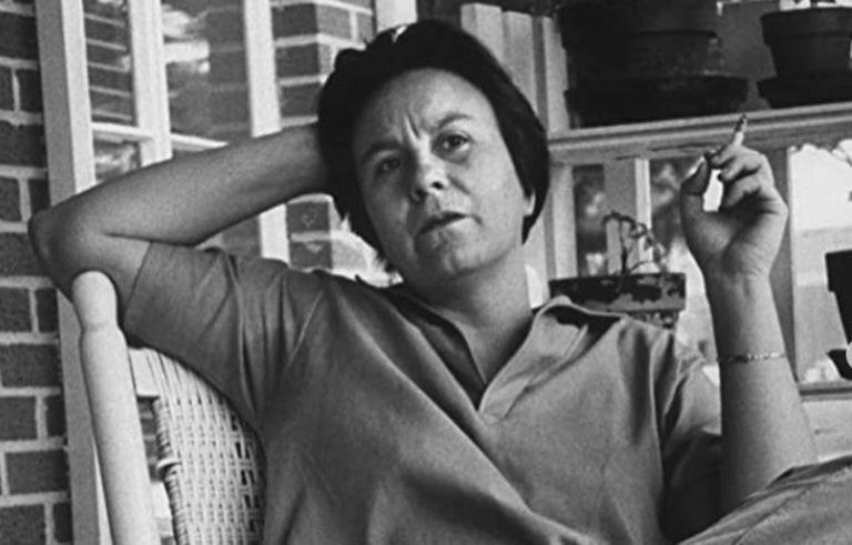 La escritora vivió 99 años. Poco se sabe de su vida debido a que luego de publicar su novela bestseller se retiró a una vida reposada en su pueblo natal. Truman Capote y Gregory Peck fueron algunos de sus amigos