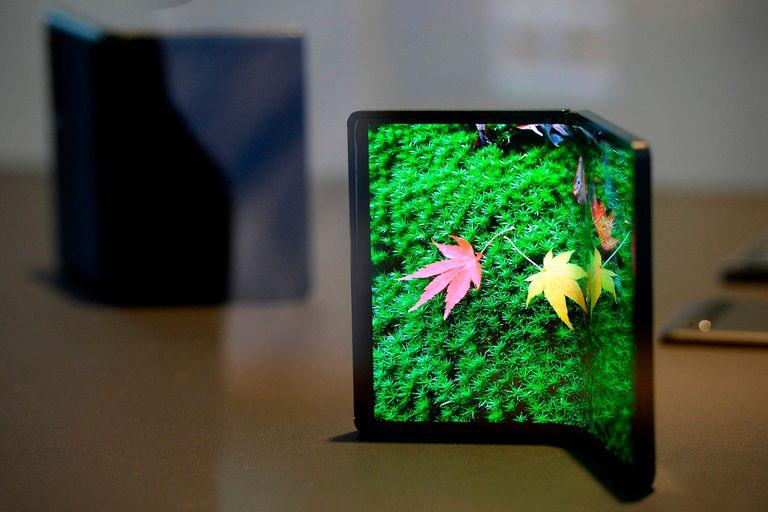 TCL también tiene prototipos de pantallas flexibles, y las piensa para equipos más económicos