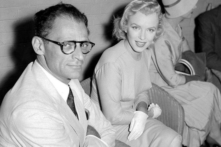 Monroe junto a su esposo, el escritor estadounidense Arthur Miller, en 1956