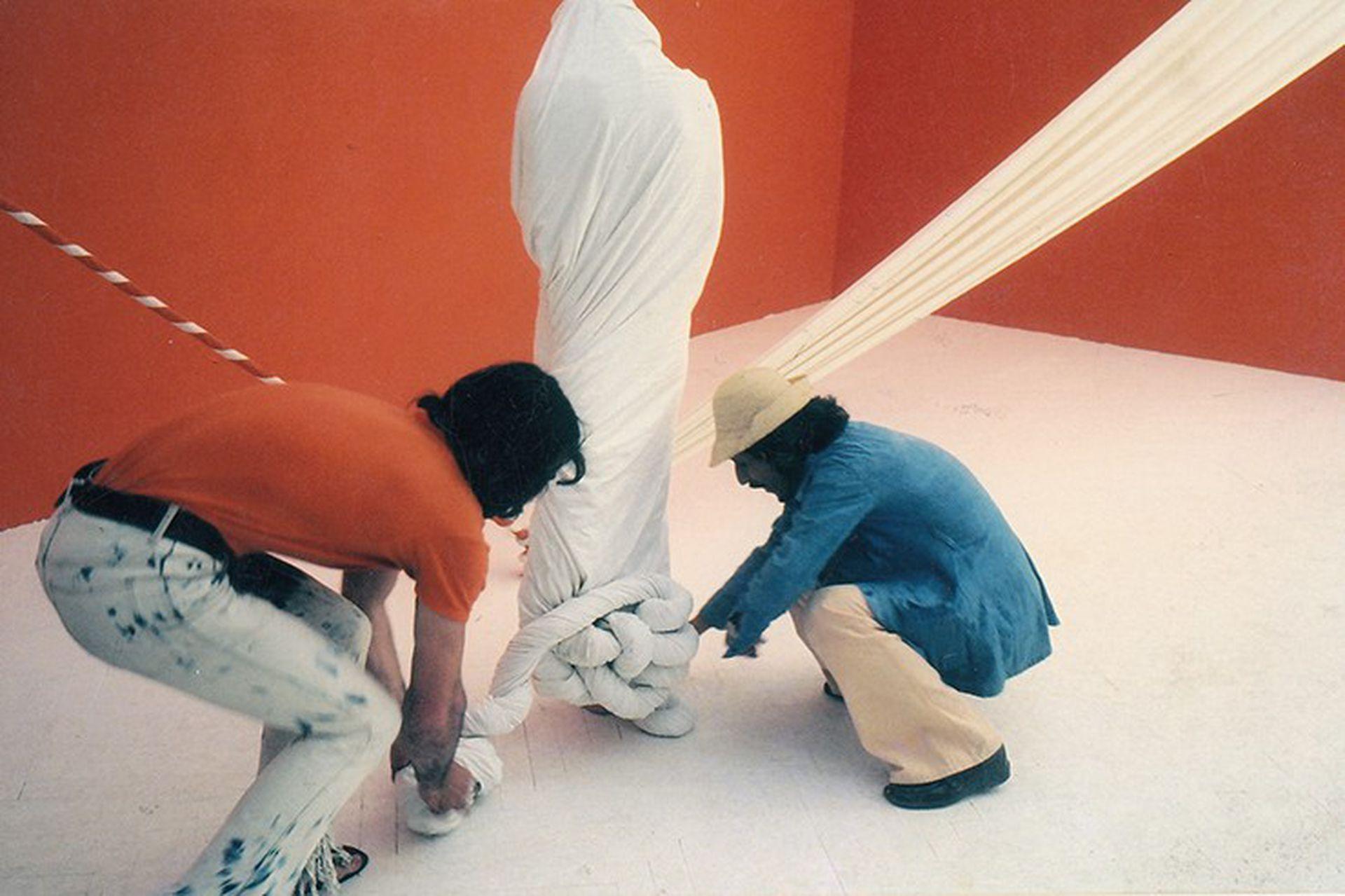 Jorge Eduardo Eielson y Michele Mulas durante la performance El Cuerpo de Giulia-no en la Bienal de Venecia de 1972