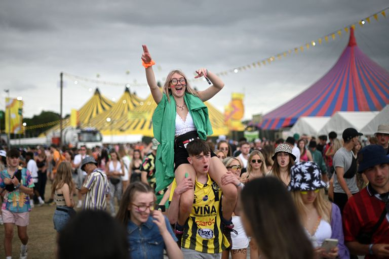 Un grupo de jóvenes se divierte en el festival de Reading, en el oeste de Londres