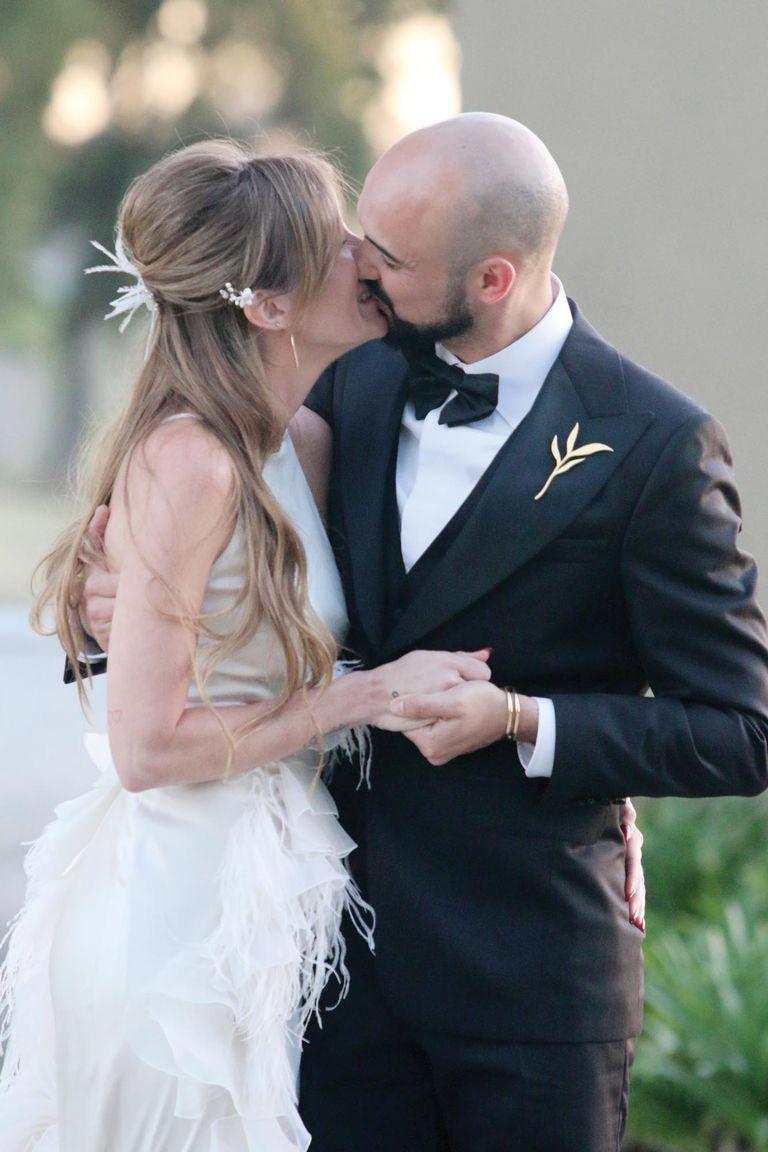 El primer y apasionado beso de Abel y Mora como marido y mujer.