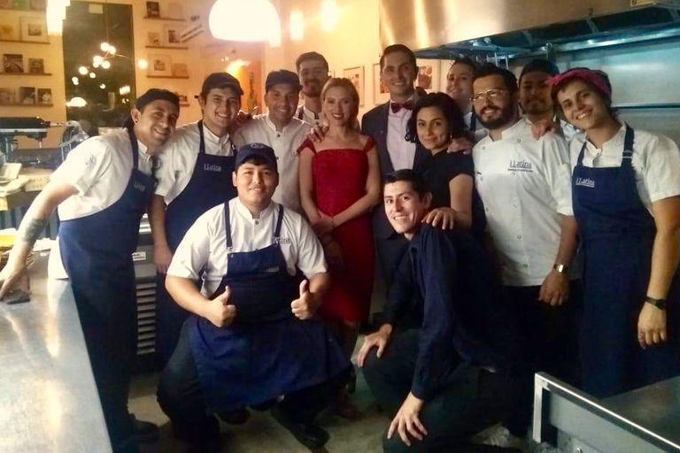 Scarlett Johansson junto al staff del restaurante i latina