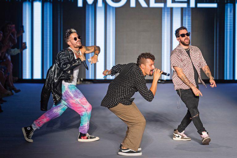 Mau y Ricky Montaner aprovecharon un alto en las grabaciones de La Voz (el reality del que son jurados en nuestro país) y volaron a Miami para dar un pequeño show en el cierre del desfile.
